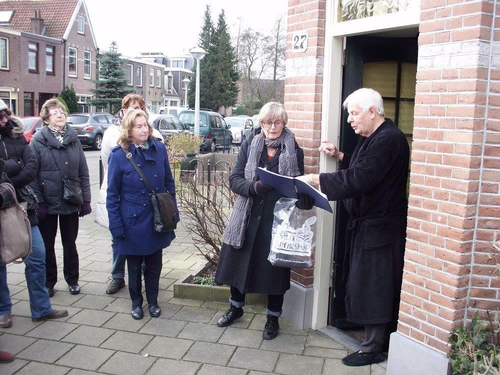 Leo Post in ochtendjas in de deuropening van Reaumurstraat 27. .<br />Foto: John Haen