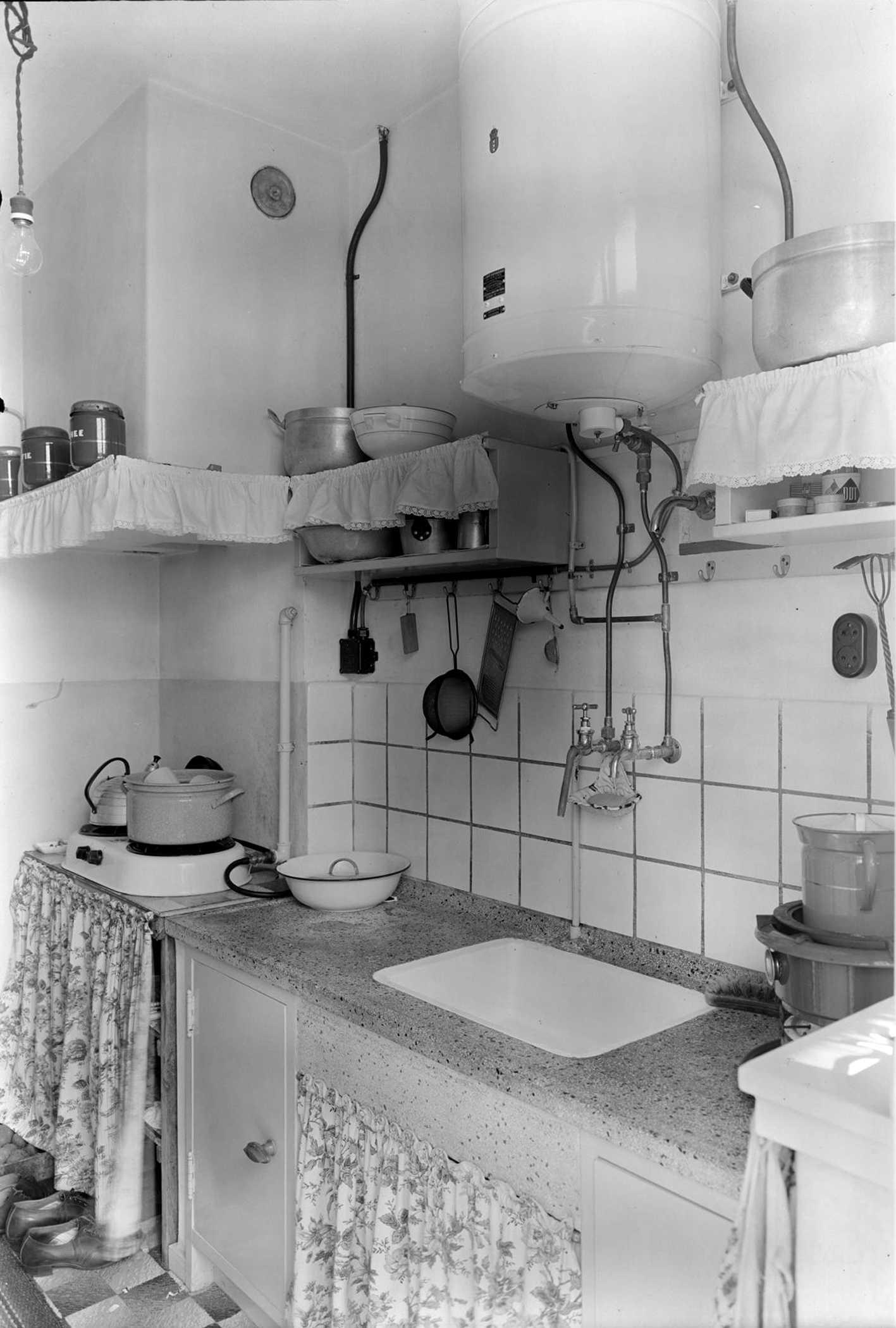Zeer Een keuken uit de jaren 50 in de Louis Bothastraat.** - Geheugen  BI69