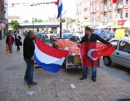 De turkse en nederlandse vlag samen in top geheugen van for Turkse kapper amsterdam oost