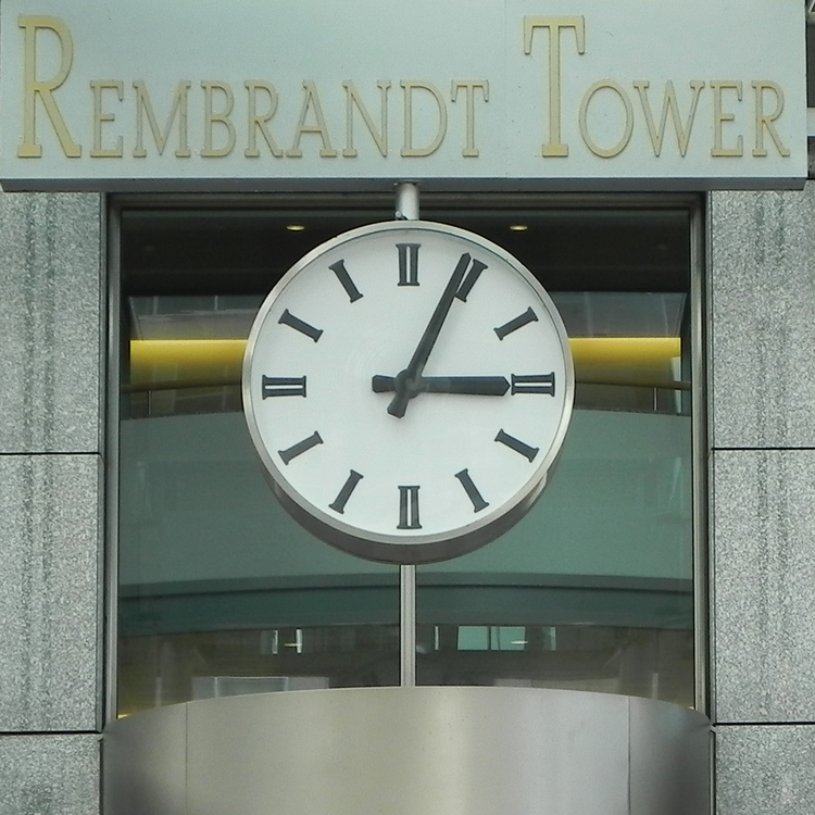 Ronde klok in vierkant venster. Rembrandt Tower.